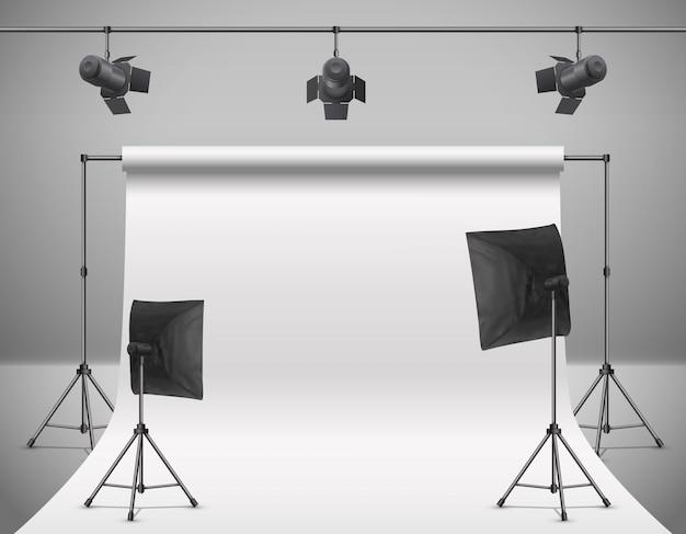 Ilustración realista de estudio fotográfico vacío con pantalla blanca en blanco, lámparas, focos de flash