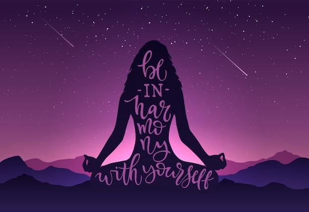Ilustración silueta de niña en meditación con caligrafía estar en armonía con usted mismo sobre fondo de montañas, cielo, estrellas. plantilla con letras para banner, cartel del día internacional del yoga
