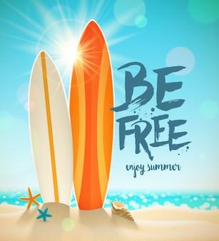 Ilustración de vacaciones de verano con caligrafía de pincel. tablas de surf, estrellas de mar y conchas en una soleada playa tropical.