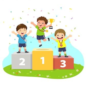 Ilustración de vector de tres niños con medallas de pie en el pedestal de los ganadores deportivos y sosteniendo un trofeo.