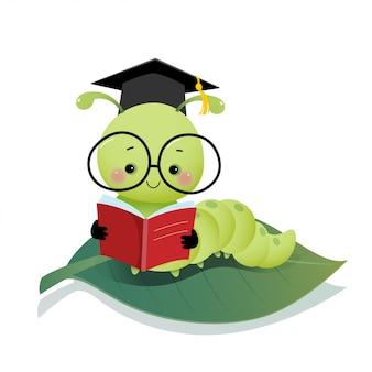 Ilustración vectorial de dibujos animados lindo gusano oruga con sombrero de birrete de graduación y gafas leyendo un libro en la hoja.