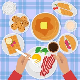 Ilustración de vista superior de desayuno en estilo plano con huevos revueltos, tocino, panqueques, café y dulces.