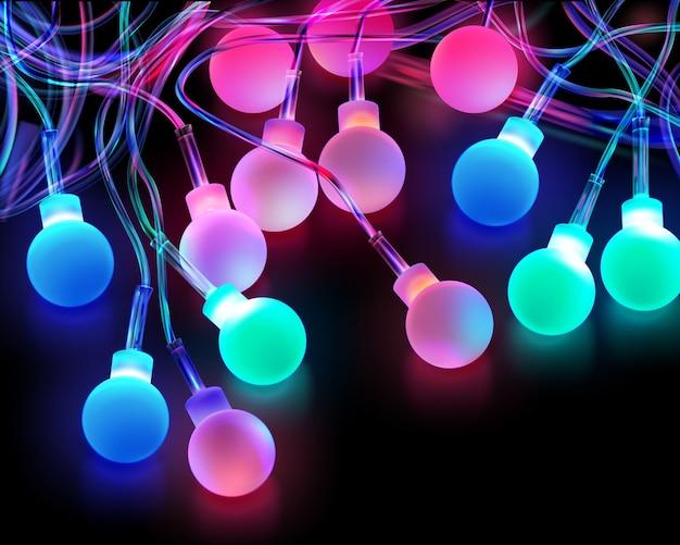 Imagen de bombillas de luz de colores navideños sobre fondo oscuro