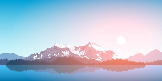 Imagen de una cadena montañosa con silueta de bosque y sol naciente, concepto de viajes, turismo, senderismo y trekking