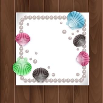 Imágenes de tarjetas, conchas y perlas sobre fondo de madera. marco de conchas de vacaciones de verano.