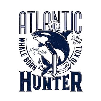Impresión de la camiseta de la ballena asesina, mascota del vector para la pesca o club marino, plantilla del grunge del animal del depredador del mar de la orca, tipografía azul del cazador atlántico