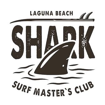 Impresión de surf de color de aleta de tiburón y tabla de surf en las olas. diseño de camiseta de verano de hawaii de ilustración vectorial