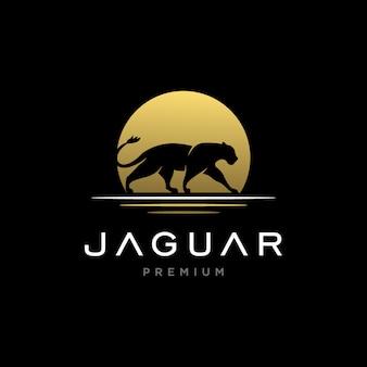 Impresionante jaguar con plantilla de logotipo al atardecer