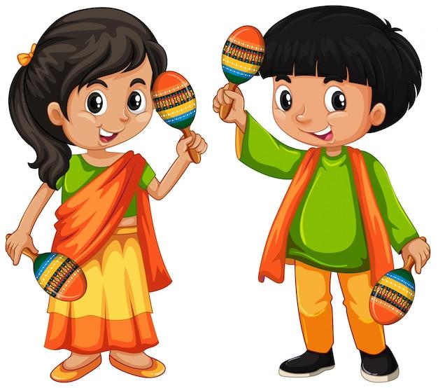 India niño sosteniendo maracas sobre fondo blanco.