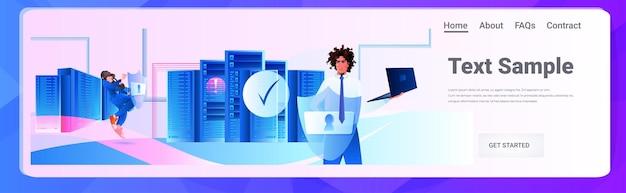 Ingeniero de hombre afroamericano que usa el concepto de seguridad de privacidad de datos grandes de protección de servidor de base de datos portátil ilustración de espacio de copia horizontal