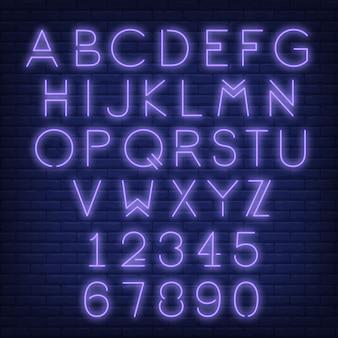 Inglés alfabeto y números. letrero de neón con letras violetas.