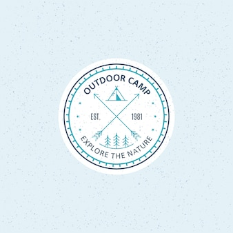 Insignia de campamento al aire libre. ilustración de línea en blanco y negro. trekking, emblema de camping.
