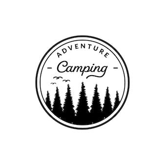 Insignia de camping con logo vintage, acampando en el desierto