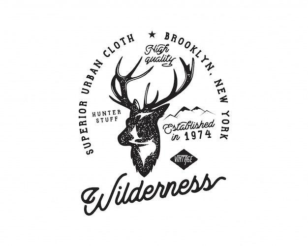 Insignia de camping vintage y logotipo de senderismo con cabeza de ciervo, montañas y tipografía.