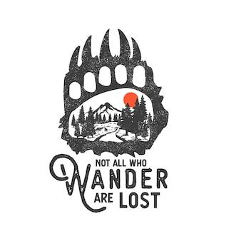 Insignia de desierto dibujado a mano con paisaje de montaña y letras inspiradoras