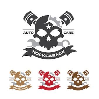 Insignia del garage de la motocicleta del cráneo con la llave y el símbolo del pistón.