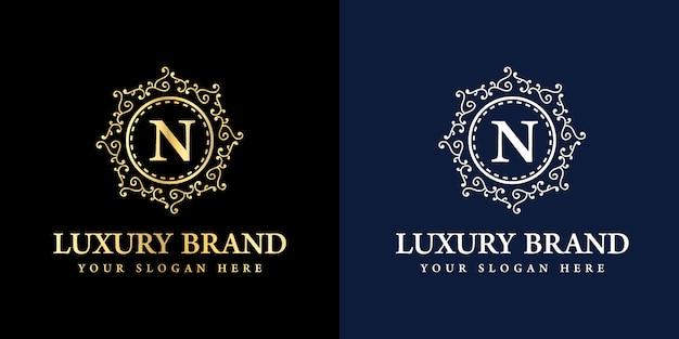 Insignia de logotipo antiguo de lujo royal vintage con n inicial