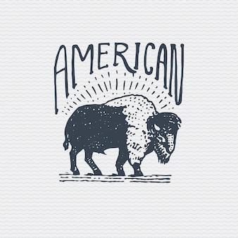 Insignia o insignia antigua vintage, etiqueta grabada y estilo antiguo dibujado a mano con búfalo americano salvaje