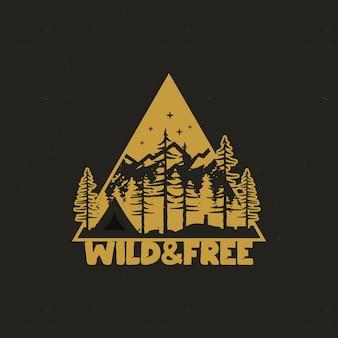 Insignia de viaje dibujada a mano con tienda de campaña, montañas, bosque de pinos.