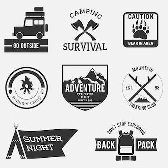 Insignias de aventura vintage en blanco y negro.