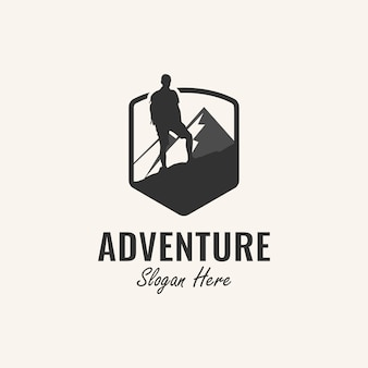 Inspiración de diseño de logotipo de aventura con escalador y elemento de montaña,