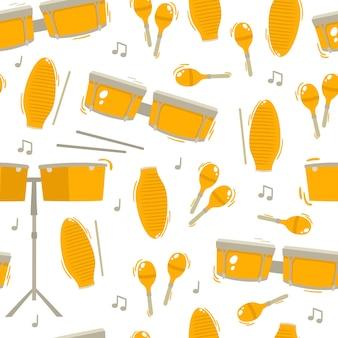Instrumentos musicales étnicos tradicionales y nota de patrones sin fisuras sobre fondo blanco