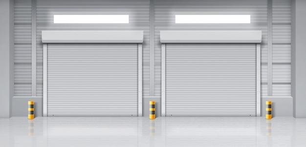 Interior del almacén con puertas cerradas.