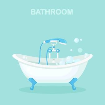 Interior de baño con bañera clásica llena de espuma.