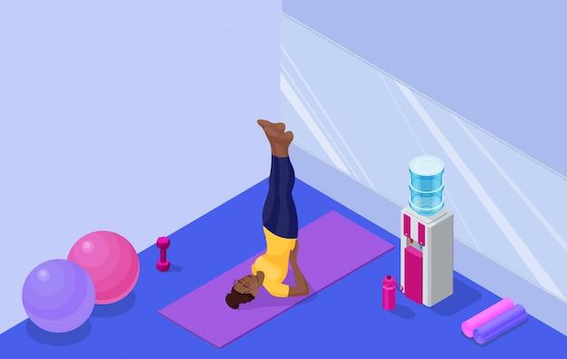 Interior de estudio de yoga con mujer africana haciendo ejercicio físico