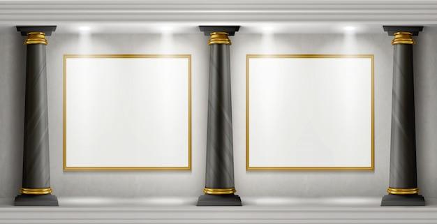 Interior de la galería con columnas y cuadros en blanco.