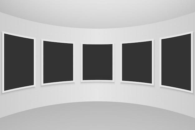 Interior de la galería con marcos vacíos en la pared