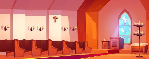 Interior de la iglesia católica con altar y bancos