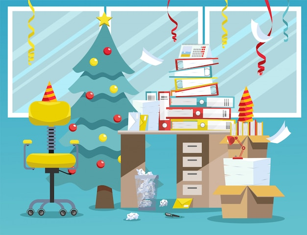 Interior de la oficina después de la celebración del año nuevo. trastorno después de la fiesta corporativa en la oficina: árbol de año nuevo, tapas de papel, serpentina del techo, pila de carpetas de documentos en papel