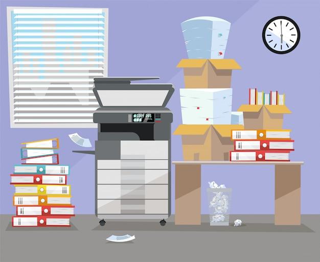Interior de oficina con escáner multifunción copiadora impresora cerca del escritorio.