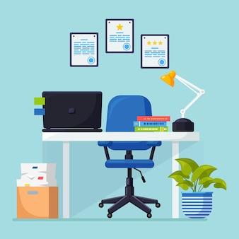Interior de oficina con escritorio, silla, computadora, computadora portátil, documentos, lámpara de mesa.