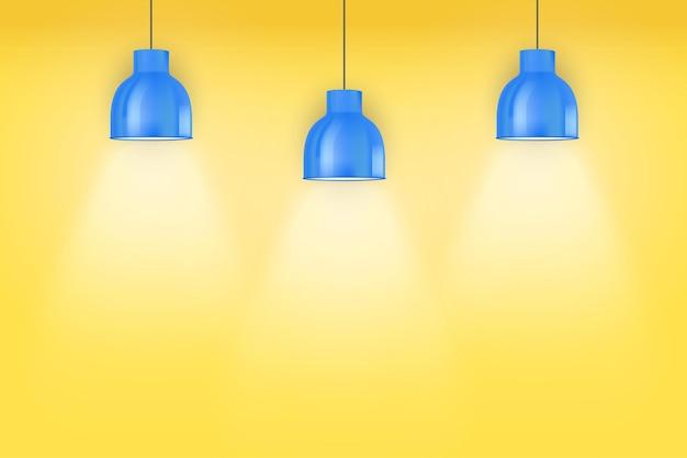 Interior de pared amarilla con lámparas pedantes vintage azules.