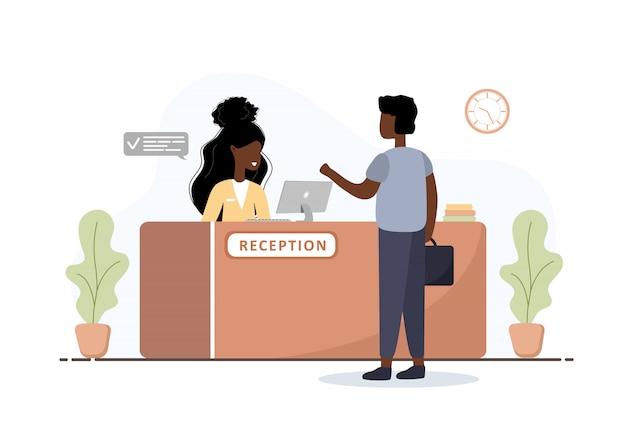 Interior de la recepción. recepcionista mujer africana y hombre con maletín en el mostrador de recepción. reserva de hotel, clínica, registro de aeropuerto, concepto de recepción de banco u oficina. ilustración plana de dibujos animados