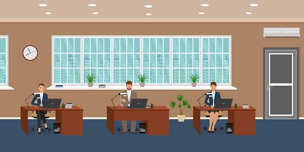 Interior de sala de oficina con tres lugares de trabajo y empleado de trabajo. los trabajadores trabajan en las computadoras.