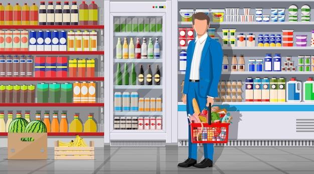 Interior de la tienda de supermercado con mercancías. gran centro comercial. tienda interior en el interior. cliente con canasta llena de comida. abarrotes, bebidas, frutas, productos lácteos. ilustración de vector de estilo plano