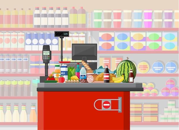 Interior de la tienda de supermercado con mercancías.