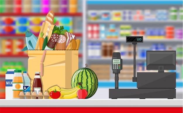 Interior de la tienda de supermercado con productos.