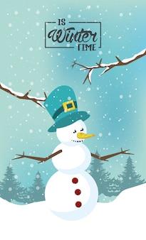 Invierno con muñeco de nieve y escena del bosque