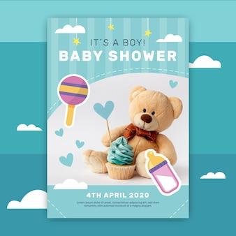 Invitación de baby shower con foto de oso de peluche