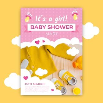 Invitación de baby shower con foto de ropa de bebé linda
