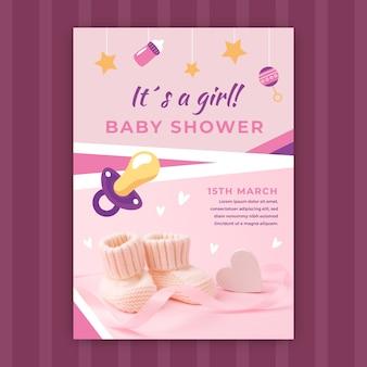 Invitación de baby shower con foto de zapatos de bebé