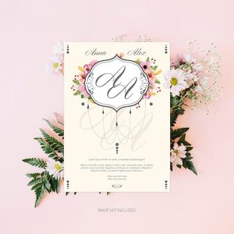 Invitación de boda con hermosas hojas y flores.