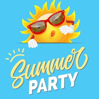 Invitación colorida de la fiesta de verano con el sol de la historieta en gafas de sol en fondo azul astuto.