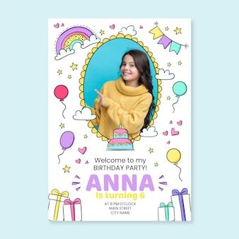 Invitación de cumpleaños de arco iris dibujada a mano con plantilla de foto