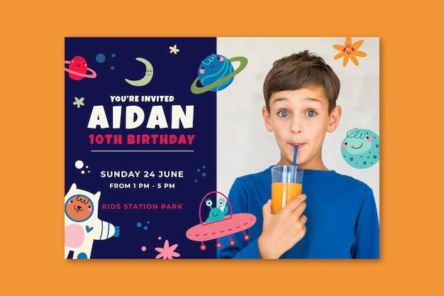 Invitación de feliz cumpleaños con niño bebiendo jugo
