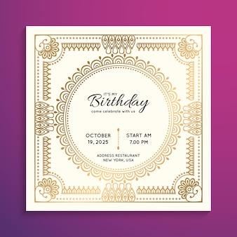 Invitación de fiesta de cumpleaños en color dorado.